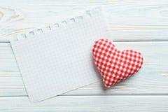 Coeur d'amour et feuille de papier blanc Image stock