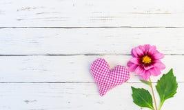 Coeur d'amour et fond de fleur Image stock