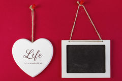 Coeur d'amour et tableau noir vide sur le rouge Photographie stock