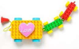 Coeur d'amour faisant cuire sur le train de jouet Image stock