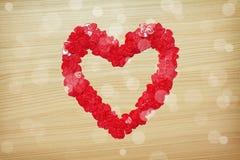 Coeur d'amour fait avec les confettis en forme de coeur Photographie stock