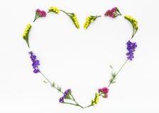 Coeur d'amour, fond de fleurs de valentines Vue supérieure, configuration plate Photographie stock libre de droits