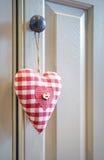 Coeur d'amour s'arrêtant sur la molette de trappe Image stock