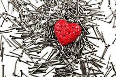 Coeur d'amour sur la pile des clous de fer Photographie stock libre de droits