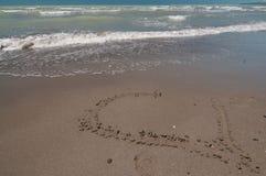 Coeur d'amour sur la plage Photo stock