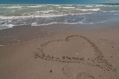 Coeur d'amour sur la plage Photos stock