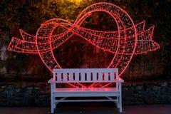 Coeur d'amour sur le banc se reposant, nuit d'illuminations de nuit étoilée de parc de Duryu à Daegu Corée du Sud Photos libres de droits