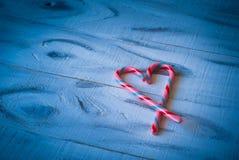 Coeur d'amour sur le bleu Images libres de droits