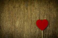 Coeur d'amour sur le fond en bois Images stock