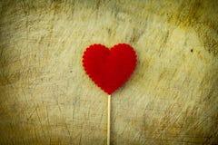 Coeur d'amour sur le fond en bois de texture Photographie stock libre de droits
