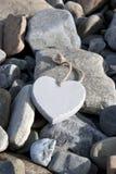 Coeur d'amour sur les roches Photographie stock