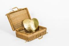 Coeur d'or dans un panier ouvert Photo stock