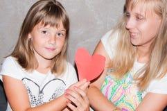 Coeur d'expositions de mère et de fille Photo stock