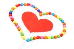 Coeur d'isolement de découpage avec la sucrerie Photo stock