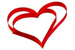 Coeur d'isolement de ruban rouge sur un fond blanc pour Vale Images libres de droits