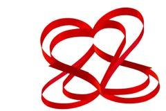 Coeur d'isolement de ruban rouge sur un fond blanc pour Vale Photo libre de droits
