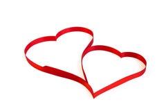 Coeur d'isolement de ruban rouge sur un fond blanc pour Vale Photographie stock