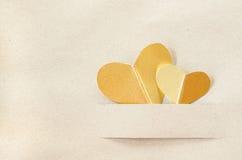 Coeur d'or sur le papier brun de vintage Image libre de droits