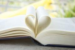 Coeur d'une page de livre, vieux livre, style de vintage, fin vers le haut de coeur Photos libres de droits
