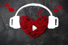 Coeur dans des écouteurs sur un fond foncé Thème pour le jour du ` s de Valentine Mariage, amour Images libres de droits