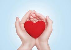 Coeur dans des mains photos stock