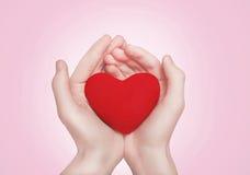 Coeur dans des mains Photo libre de droits