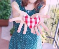 Coeur dans des mains d'une petite fille Image libre de droits