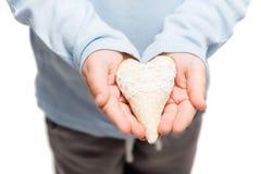 Coeur dans des mains de peu d'enfant Photos stock