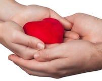 Coeur dans l'isolat de mains de l'homme et de femme Photo libre de droits