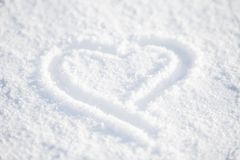 Coeur dans la neige blanche images stock