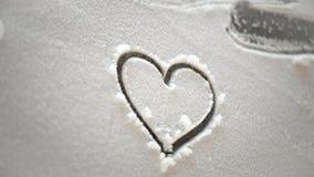 Coeur dans la neige la nuit Image libre de droits