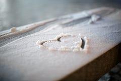 Coeur dans la neige la nuit Photos libres de droits