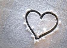 Coeur dans la neige la nuit Images libres de droits