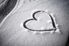 Coeur dans la neige la nuit Image stock