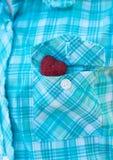 Coeur dans la poche de la chemise Photographie stock