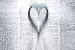 Coeur dans le livre Photo stock
