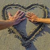 Coeur dans le sable Photo stock