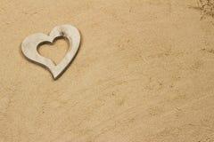 Coeur dans le sable. Photo stock