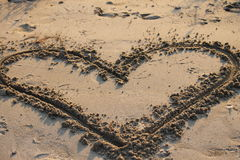 Coeur dans le sable Image stock