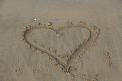 Coeur dans le sable Sable de Brown Photographie stock