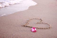 Coeur dans le sable sur la plage Images libres de droits
