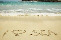 Coeur dans le sable sur la plage Photographie stock libre de droits