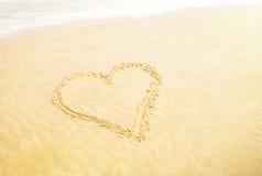 Coeur dans le sable sur la plage Photo libre de droits