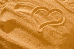 Coeur dans le sable sur la plage Symboll d'amour Photo stock