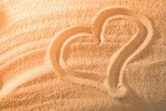 Coeur dans le sable sur la plage Symboll d'amour Images stock