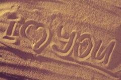 Coeur dans le sable sur la plage Symboll d'amour avec le texte Images libres de droits
