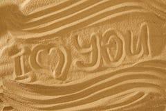 Coeur dans le sable sur la plage Symboll d'amour avec la vague et le texte Photographie stock libre de droits