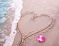 Coeur dans le sable sur le bord de la mer Photo libre de droits