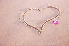 Coeur dans le sable sur le bord de la mer Photos libres de droits