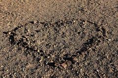 Coeur dans le sol de désert Photos stock